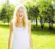 El caminar sonriente en parque verde, concepto de la muchacha rubia linda feliz de la gente de la forma de vida Foto de archivo libre de regalías