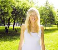 El caminar sonriente en parque verde, concepto de la muchacha rubia linda feliz de la gente de la forma de vida Fotografía de archivo libre de regalías