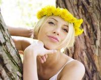El caminar sonriente en parque verde, forma de vida de la muchacha linda feliz del inconformista Imagen de archivo