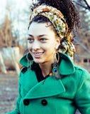 El caminar sonriente en parque verde, forma de vida de la muchacha linda feliz del inconformista Fotografía de archivo