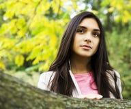 El caminar sonriente en parque verde, forma de vida de la muchacha linda feliz del inconformista Imagen de archivo libre de regalías