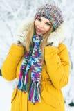 El caminar sonriente feliz del sombrero y de la bufanda de la mujer que lleva joven al aire libre foto de archivo libre de regalías