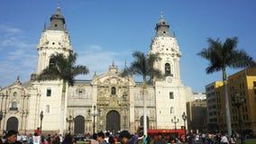 el caminar tirado cardán de 3 ejes hacia la catedral en Lima, Perú almacen de video