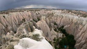 El caminar tirado POV a través de Rose Valley y del valle blanco en Cappadocia metrajes