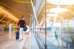 El caminar trasero del hombre en el aeropuerto Foto de archivo