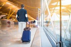 El caminar trasero del hombre en el aeropuerto Imagen de archivo libre de regalías