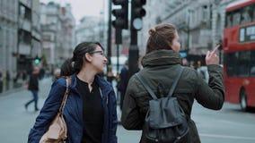 El caminar a través de la ciudad de Londres metrajes