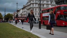El caminar a través de la ciudad de Londres y divertirse - LONDRES - INGLATERRA - 5 de septiembre de 2017 almacen de metraje de vídeo