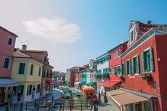 El caminar a través de las calles de Burano Casas coloridas Fotos de archivo