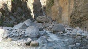 El caminar a través de Samaria Gorge en Creta Grecia Arrastre llevar a través de las montañas de Lefka Ori hacia el mar almacen de video