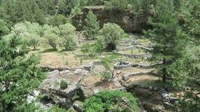 El caminar a través de Samaria Gorge en Creta Grecia Arrastre llevar a través de las montañas de Lefka Ori hacia el mar almacen de metraje de vídeo