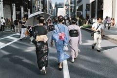 El caminar a través de Tokio en Yukata fotos de archivo