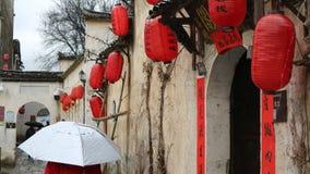 El caminar a través de una ciudad china antigua foto de archivo