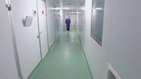 El caminar a través del pasillo del laboratorio Pasillo químico del laboratorio del trabajador que va de sexo femenino almacen de metraje de vídeo