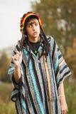 El caminar triste del hombre del hippie de la moda de los jóvenes al aire libre Foto de archivo