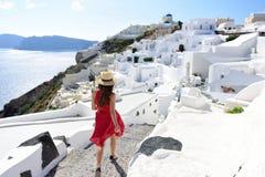 El caminar turístico de la mujer del viaje de las vacaciones de Santorini foto de archivo libre de regalías