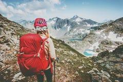 El caminar turístico del aventurero en montañas con la forma de vida del viaje de la mochila que camina la exploración al aire li Imagen de archivo