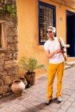 El caminar turístico masculino en la ciudad vieja Imagenes de archivo