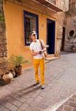 El caminar turístico masculino en la ciudad vieja Imágenes de archivo libres de regalías