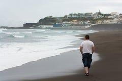El caminar volcánico del hombre de Océano Atlántico de la playa Fotografía de archivo libre de regalías
