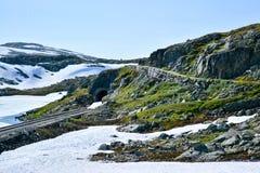 El caminar y la ruta de la bicicleta a lo largo de Flam alinean en Noruega foto de archivo