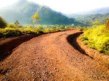 El camino abajo de la montaña Fotografía de archivo
