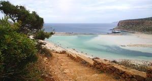 El camino abajo de la montaña al lado de un barco de cruceros en la bahía de Balos Fotografía de archivo libre de regalías