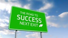 El camino al éxito y señal de tráfico siguiente de la salida sobre el cielo nublado