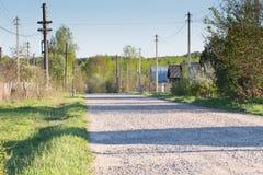 El camino al pueblo en el verano Imagen de archivo libre de regalías
