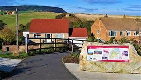 El camino al pueblo y al puerto, en Staithes, cerca de Scarborough, en North Yorkshire fotos de archivo