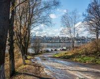 El camino al río Volga en la ciudad de Tutaev Imagen de archivo libre de regalías
