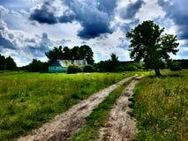 El camino al templo en el prado Fotos de archivo libres de regalías