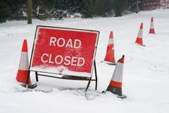 El camino cerrado firma adentro nieve Imagenes de archivo