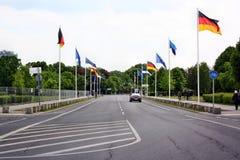 El camino con las banderas al lado del Parlamento alemán (Reichstag) en Berlín Foto de archivo