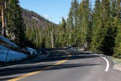 El camino a continuación en las montañas Fotos de archivo libres de regalías