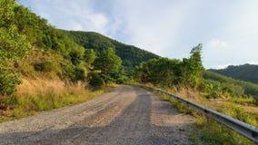 El camino de la calle abajo de la colina Fotografía de archivo