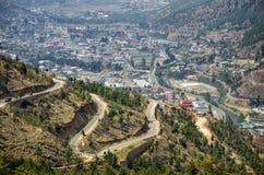 El camino de la colina de la bobina y la vista aérea de la ciudad de Timbu en Bhután Imagen de archivo libre de regalías