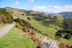 El camino de la grava va cuesta abajo al valle rural Fotos de archivo