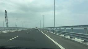 El camino de la opinión del POV del puente crimeo, del puente de Kerch, familiar del puente del estrecho de Kerch con el camino y metrajes