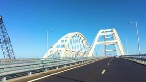 El camino de la opinión del POV del puente crimeo, del puente de Kerch, familiar del puente del estrecho de Kerch con el camino y almacen de metraje de vídeo