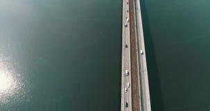 El camino de la visión aérea, la autopista a través del río tiene muchos coches en Ucrania Calle hermosa, fondo de la visión supe almacen de metraje de vídeo