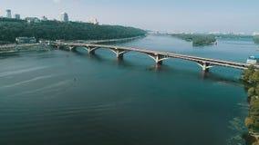 El camino de la visión aérea, la autopista a través del río tiene muchos coches en Ucrania Calle hermosa, fondo de la visión supe almacen de video