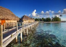 El camino de madera sobre el mar a la isla tropical Imagenes de archivo