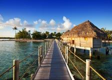 El camino de madera sobre el mar a la isla tropical Foto de archivo libre de regalías