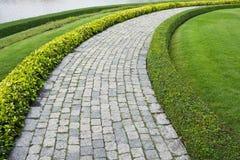 El camino de piedra de la caminata del bloque en el parque Imágenes de archivo libres de regalías
