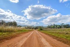 El camino de tierra debajo del cielo azul y la nube en la nación de Thung Salaeng Luang parquean, Tailandia Foto de archivo