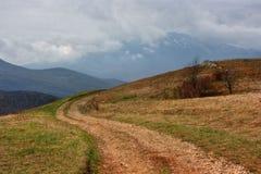 El camino de tierra en montañas de Crimea Imágenes de archivo libres de regalías