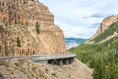 El camino del lazo magnífico de Yellowstone pasa a través del paso del Golden Gate Imagen de archivo libre de regalías