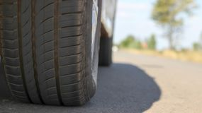 El camino del neumático tiene espacio disponible, creando un conce provisional del viaje Foto de archivo libre de regalías