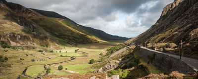 El camino del paisaje del panorama a través de la montaña pasa encendido día soleado con Fotos de archivo